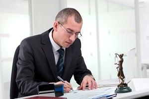 Bevor Sie einen Antrag auf Prozesskostenhilfe stellen, ist es ratsam, einen Anwalt zu konsultieren.