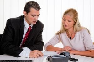 Beim Beratungsgespräch: Der Anwalt sollte über Kosten und Gebühren informieren.