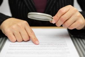 Prozesskostenrisiko berechnen: Die Tabelle für Gerichtskosten sowie die für Anwaltskosten geben Aufschluss.