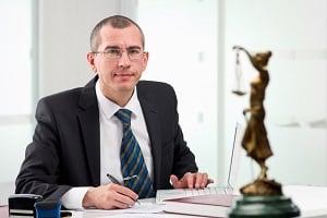 Eine Rechtsschutzversicherung trägt unter anderem anfallende Anwaltskosten.