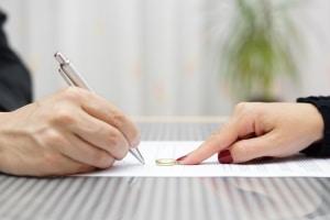 Bei Scheidungen können Sie finanzielle Unterstützung bei der Prozessfinanzierung durch die Verfahrenskostenhilfe erhalten.