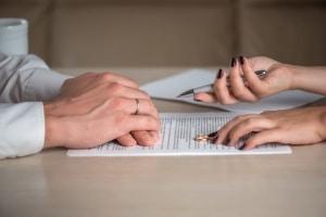 Beim Verfahrenskostenvorschuss muss der Ehegatte die anfallenden Kosten tragen.